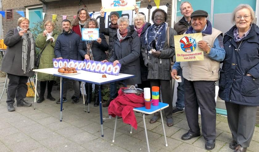 Afgelopen zondag vierde de Tidemanstraat nog een keer een eigen feest met oliebollen en warme chocolademelk.