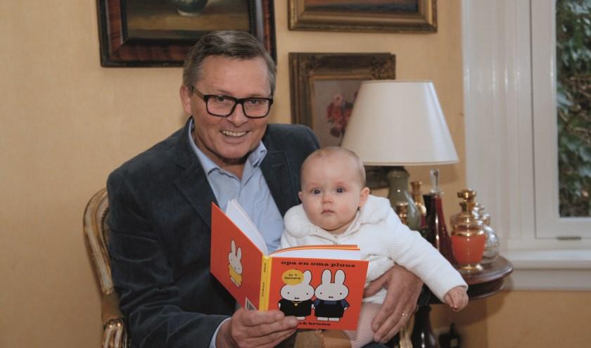 Kees Krechting leest zijn kleindochter Norah May voor uit het Nijntje-boekje 'Opa en oma pluus'.