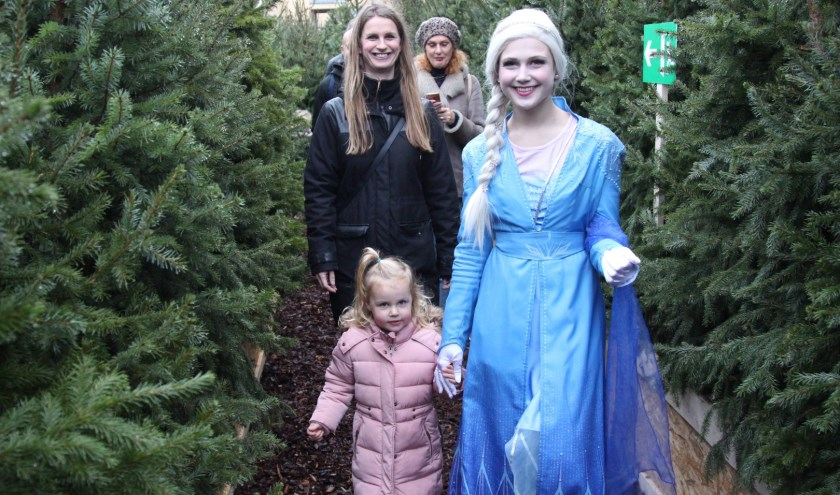 Elsa tussen de kerstbomen.