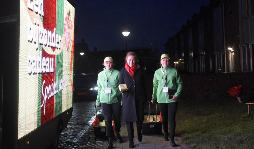 Directeur GroenWest loopt mee met uitdelen duurzame ledlampen. Foto: Rianne den Balvert