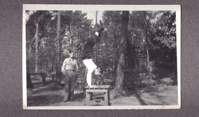 Eric Davies (l) en William Prince (r) in de achtertuin van de  familie Woltman aan de Jachtlaan in Apeldoorn. Foto gemaakt op 15 april 1945. (Bron: familie Woltman)