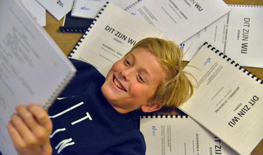Thomas, te midden van de draaiboeken, speelt de jonge Kasper in de 16-delige televisieserie 'Dit Zijn Wij'   (Foto: Paul van den Dungen)