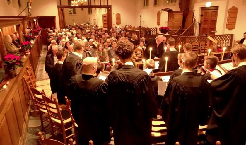 De Hervormde kerk van Heinenoord was woensdag 4 december volledig bezet. De specifieke sfeer van een Evensong kwam in de fraaie oude kerk optimaal tot z'n recht. (tekst/foto: Conno Bochoven)