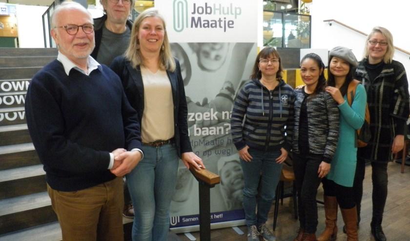 Hilde van Leenen (2e van links) met links coördinator Flip Bakker en enkele maatjes van JobHulpMaatje Zoetermeer. Foto Kees van Rongen