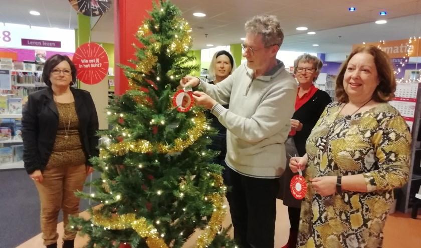 Samen met Rida's man Frans en directeur van de Bibliotheek Hoeksche Waard Nell Schuijff is  het startsein gegeven voor het project 'Joris' Kerstboom.