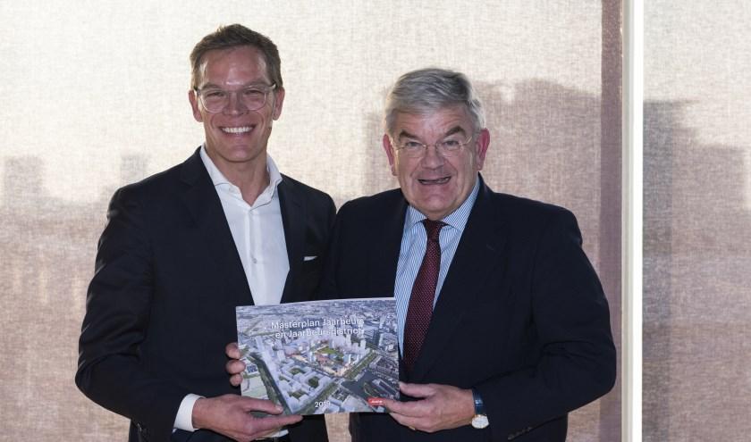 Burgemeester Jan van Zanen nam het masterplan in ontvangst uit handen van Albert Arp.