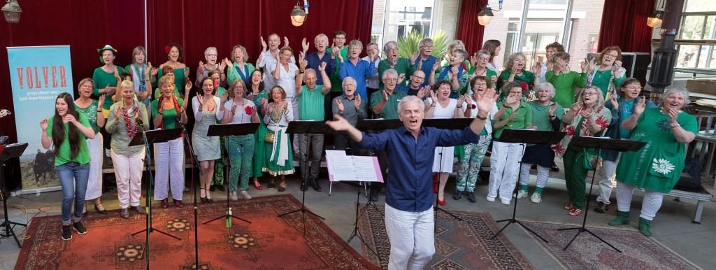 Het Volverkoor zingt swingende Spaanstalige kerstliederen. Foto: Volverkoor © DPG Media