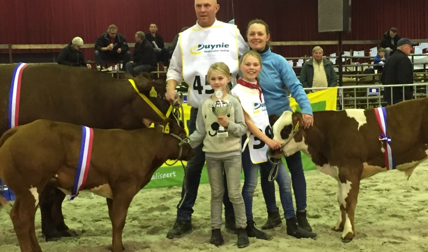 De familie Van Abeelen met hun kampioenen (foto: Niels van Beek)