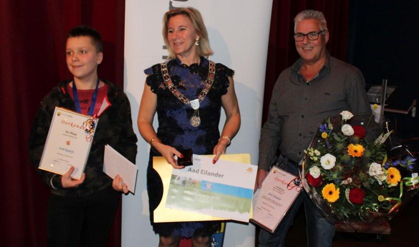 Josh Roelofs (l) kreeg de Pluim en Aad Eilander de Vrijwilligersprijs 2019 uit handen van burgemeester Koops.