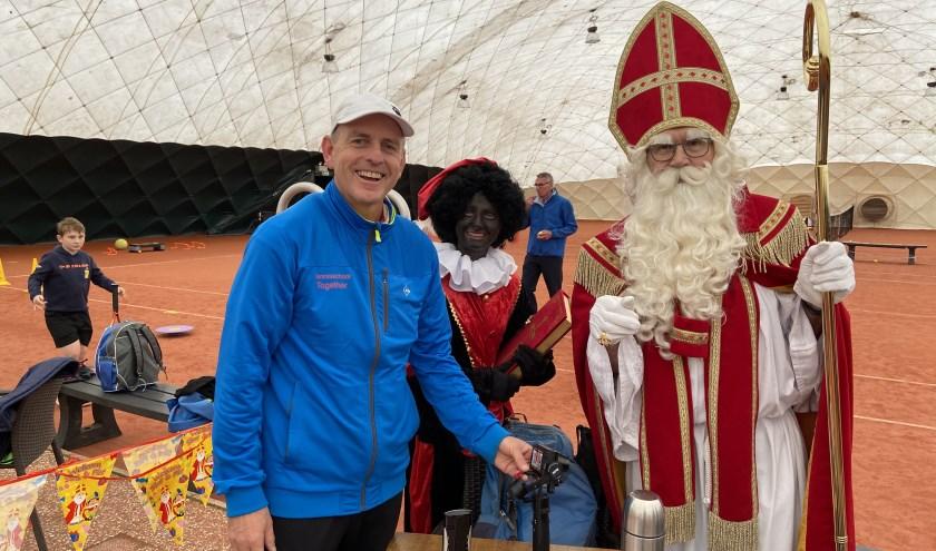 clubtrainer André de Mos begroet Sinterklaas