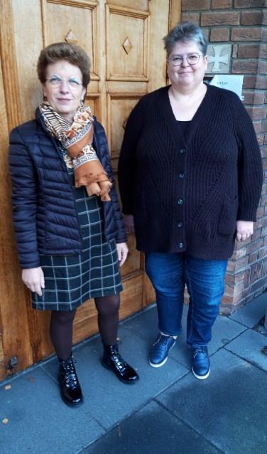 Links Helma Caljee en rechts Erika Dupain van het organiserende comité. Zij heten iedereen welkom op de kerstmarkt van de Salvatorkerk. (Foto: Pieter Vane)