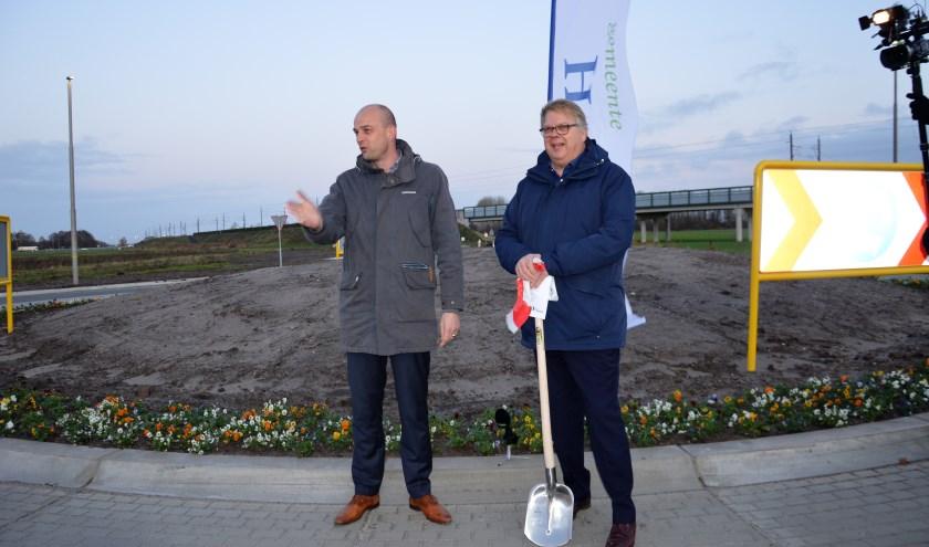 De nieuwe rotonde werd vrijdag feestelijk geopend door wethouder Auke Schipper en directeur Piet Tulner van H2O.