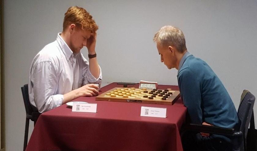 Diep denkwerk van Jan Groenendijk (links) in de beslissende partij tegen Alexeï Tsjizjov.