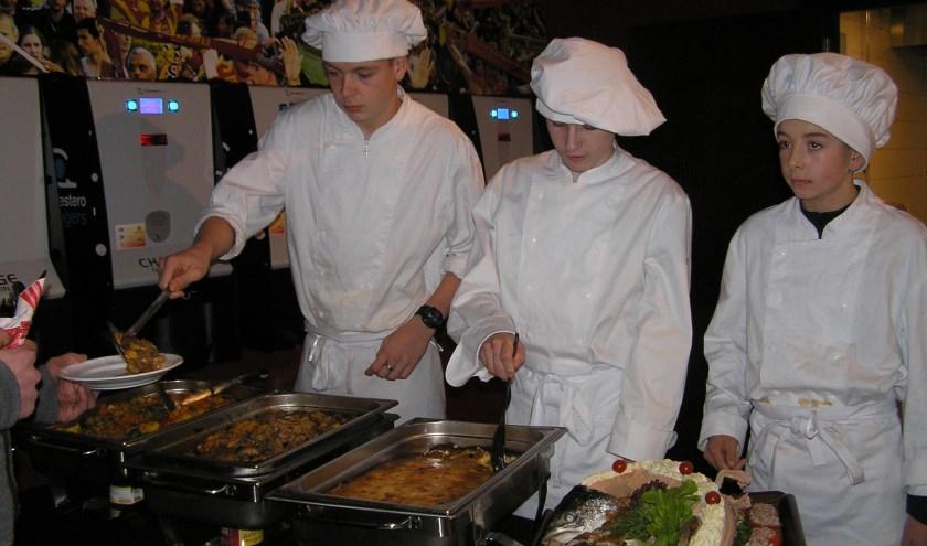 Leerlingen van de Marke oogsten veel lof voor hun kookkunsten. (Foto: Gerreke van den Bosch)