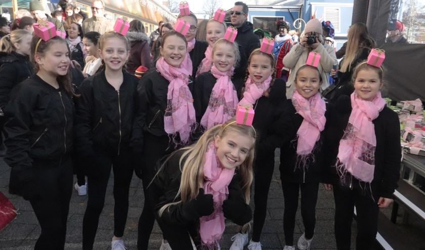 De meisjes van balletschool Chamtal van Tuyn zorgde voor een mooi opteden bij Sinterklaas.