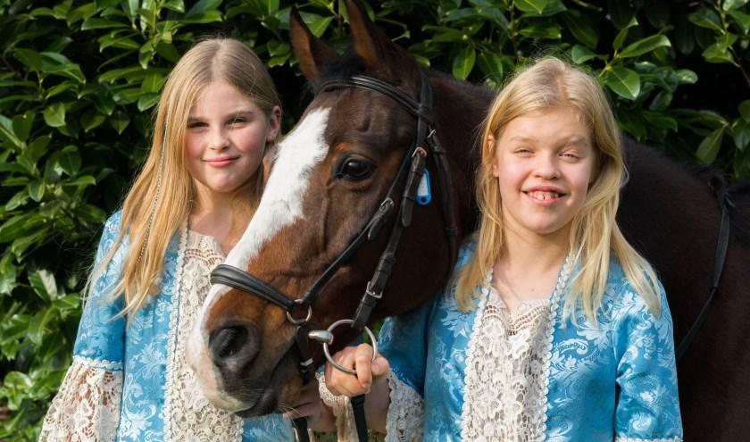 Bobby en Noa met het paard Angel dat de hoofdrol speelt in de show. (Foto: Daniel Westrik)