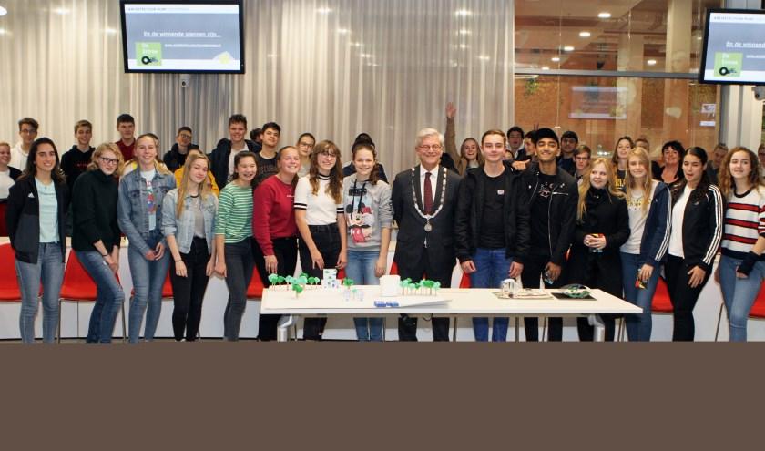 Burgemeester Aptroot met links  leerlingen van 4 HAVO van ONC Parkdreef en rechts Leerlingen 4VWO van het Alfrink College. Hiervoor op de tafel de maquettes. Foto: Ad Janse.
