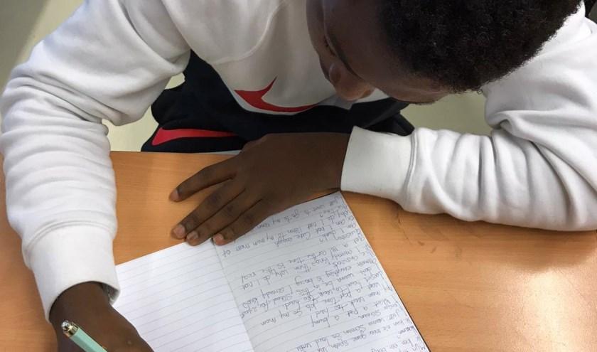 Leerling doet mee aan schrijfworkshop