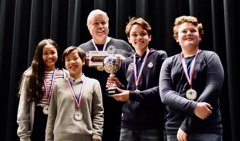 Op de foto v.l.n.r. Kathleen Velasco, Dana Verheij, Jannes Westerhof, Alan Bakija met daar achter schaakcoach Jan Sijbesma.