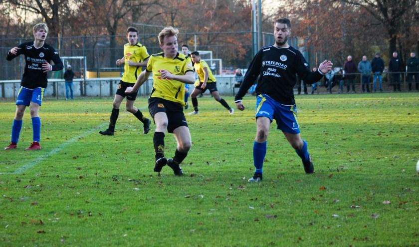 Vermakelijke wedstrijd tussen Vios Vaassen en sv Hatto-Heim eindigt gelijk. Het werd 2-2. Foto: Gradus Dijkman