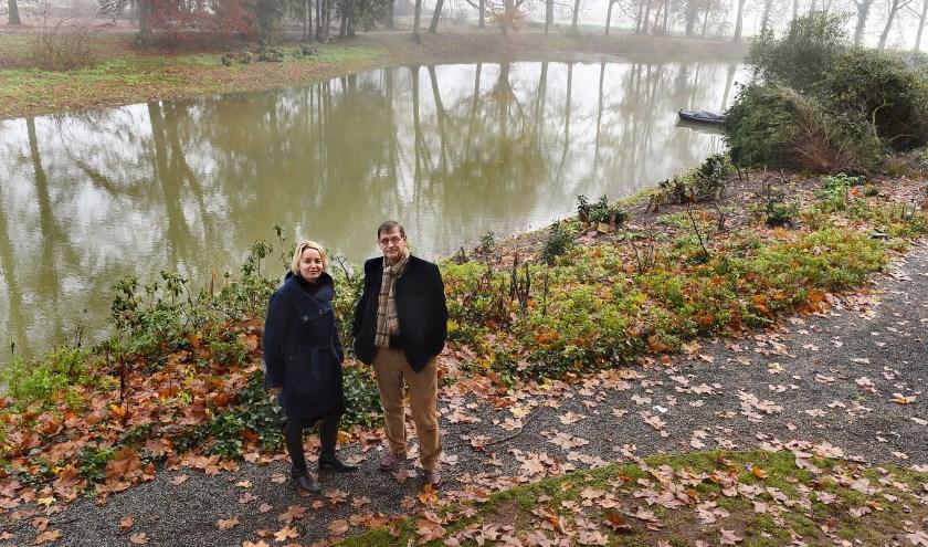 Wethouder Janine Kock (links) en René Dessing, directeur Stichting Erfgoed Landfort Megchelen. (foto: Roel Kleinpenning)