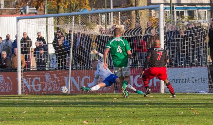 Man van de wedstrijd Jay Luciano scoort de 1-0. (Foto: Guillaume Kortekaas)