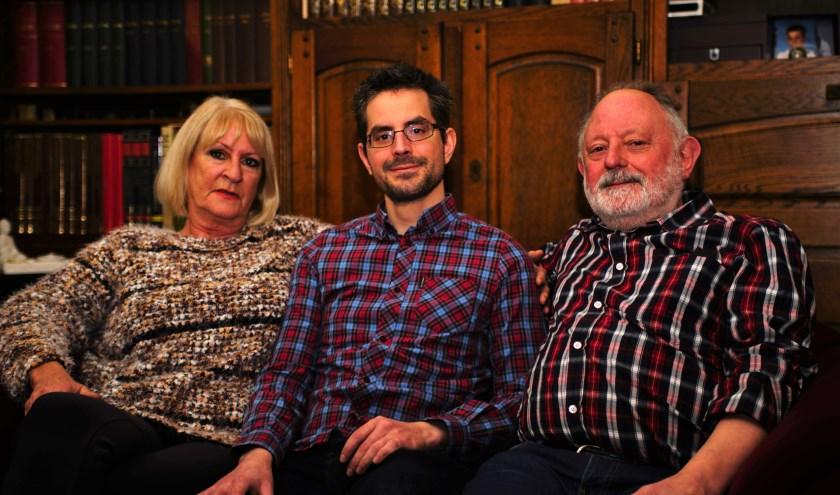Stephan, met zijn ouders Ina en Peter thuis in Zoetermeer, hoopt dat ook het laatste bedrag kan worden opgehaald. Foto: Robbert Roos