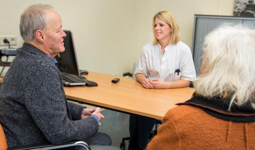 Arts van Gelre ziekenhuizen in gesprek met patiënt en naaste over palliatieve zorg