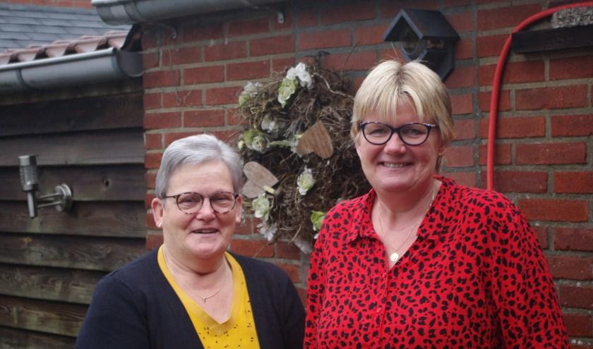 Wilma (links) en Regine hebben overduidelijk met veel plezier al die jaren de bingo georganiseerd. Vanaf volgend jaar gaan ze vooral genieten van het meespelen. (Foto: Annemieke van Ipenburg)