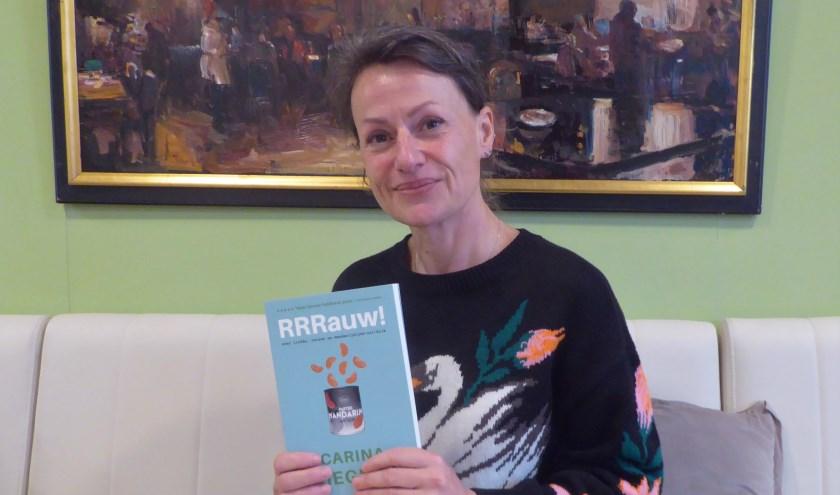 Carina Wiegman met haar eerste boek 'RRRauw!', waarin ze 15 jaar liefde, 26 maanden backpacken en 52 weken rouwen op een eerlijke manier beschrijft. (foto: Marnix ten Brinke)