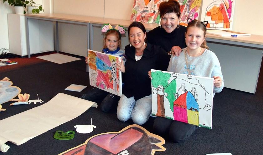 Miranda Hoogeveen (achter) en Marjon Hoogendijk met twee kinderen voor de aanvang van het kinderprogramma.