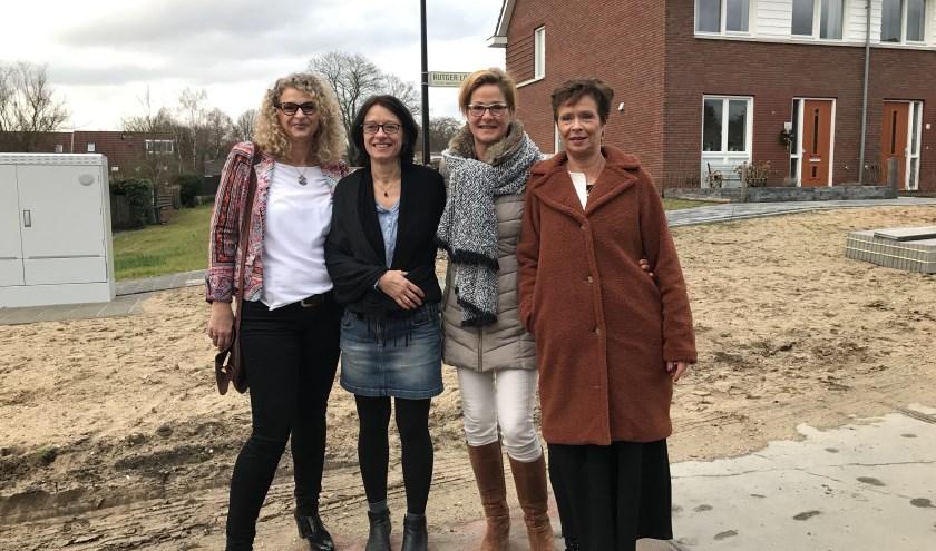 Met gepaste trots poseren de vier dochters van Rutger Loenen voor het naar hem vernoemde straatnaambord. FOTO: Carol Dohmen