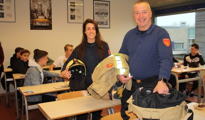 Dochter Celine en vader Jan vertelden de Cals-leerlingen met passie over hun vrijwilligerswerk bij de brandweer. (Foto: Lysette Verwegen)