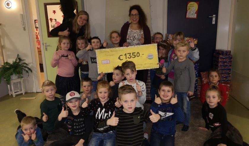 Nathalie van Goor (Stichting Verborgen Armoede) en kinderen van SKN.