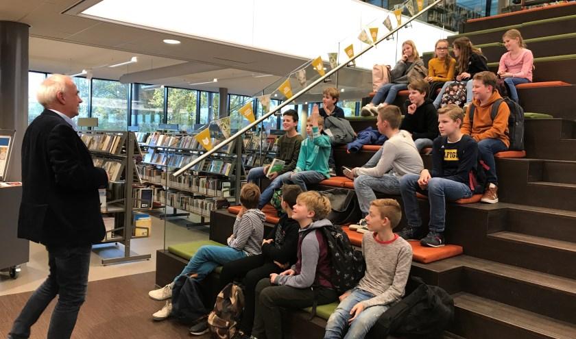 Niko Wiendels spreekt de leerlingen enthousiast toe over het belang van lezen