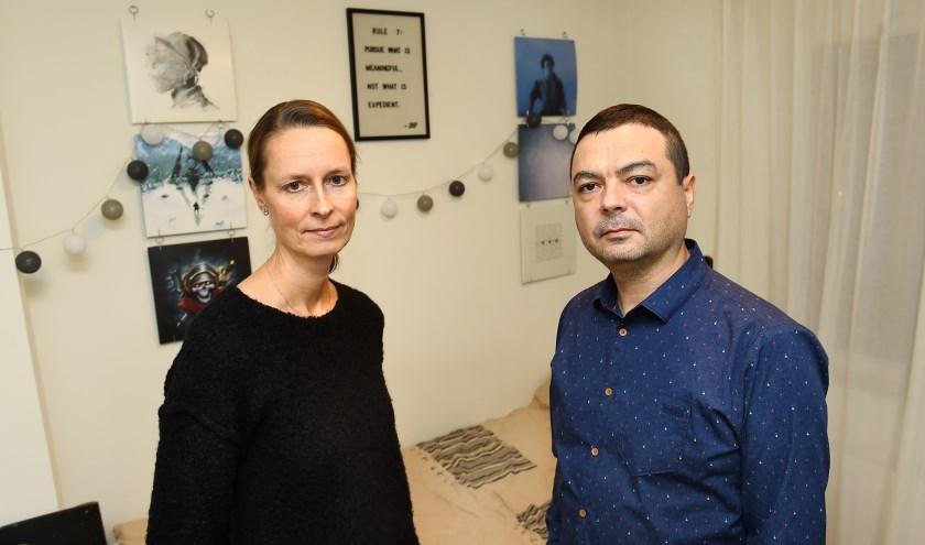 Marike en Eddie Botez op de slaapkamer van zoon Carsten. (foto: Roel Kleinpenning)