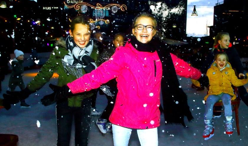 Ongetwijfeld heeft iedereen dit jaar weer net zoveel plezier op de schaatsbaan als vorig jaar. Er is in ieder geval volop gezelligheid. (Foto: Jan Broekman)