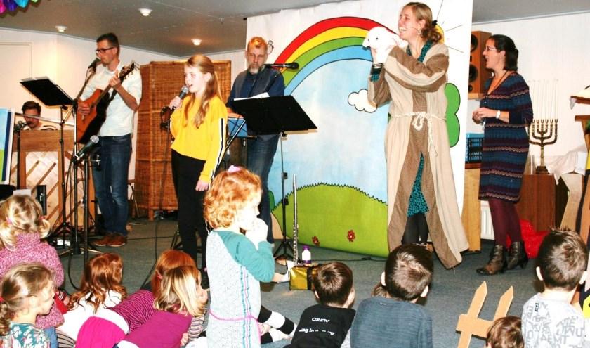 Adriëlle, hier als herder verkleed tijdens de presentatie van haar CD, zingt met de kinderen liedjes die gebaseerd zijn op Bijbelverhalen.
