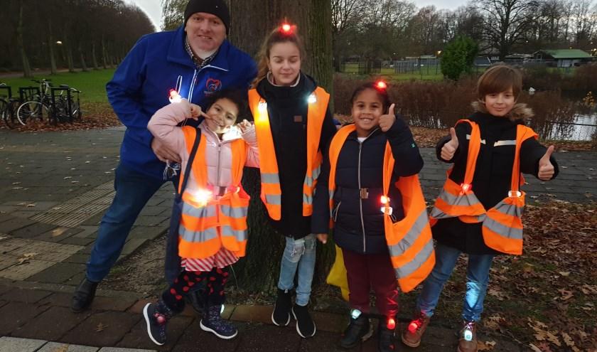 10 enthousiaste kinderen hebben samen met de vrijwilligers van Rijswijks Belang een steentje bijgedragen aan de veiligheid van fietsers uit de omgeving.