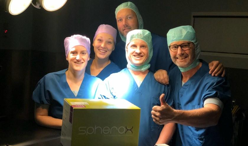 Het operatieteam (v.l.n.r.) Kris Vromans, Sabine Geerts, Chris van den Broek, Sam Wintermans (biotechnologiebedrijf Co.don) en Jacob Caron.