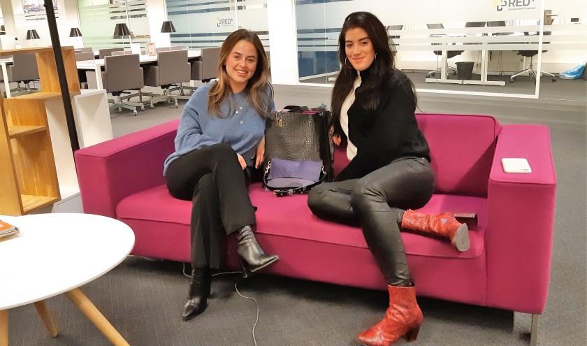 Claire Tunzi (links) en Sanne Smallegange van Baggoes met een aantal van hun tassen. (Foto: Annemarie van der Ploeg)