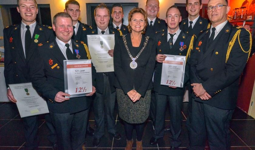 Tijdens de jaarlijkse Korpsavond  van de brandweer Montfoort werden door burgemeester Petra van Hartskamp diploma's uitgereikt en jubilarissen gehuldigd. (Foto: Paul van den Dungen)