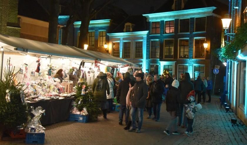 De panden op de historische Markt worden tijdens de kerstmarkt feeëriek aangelicht. Foto: Sander Schenkel