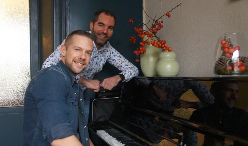 Joost Schelling en Ivan Langerak (achter de piano), zijn druk met de voorbereidingen voor de twee Top2000kerkdiensten en hebben er enorm veel zin in.