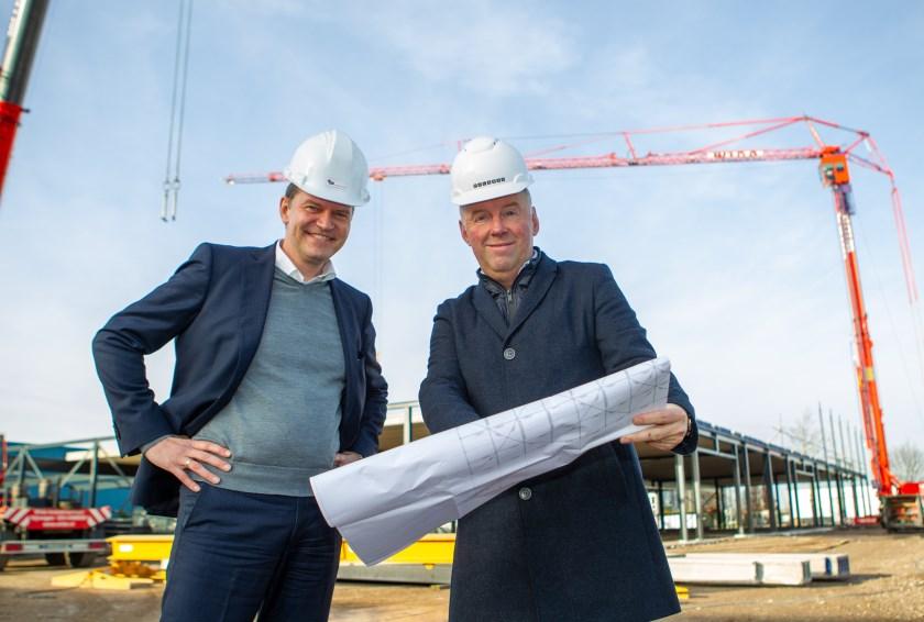 Marcel de Vries (links) en Martin Kemper op de bouwplaats van de door Palazzo ontworpen nieuwbouw/uitbreiding van Besselink Licht op het Duivense bedrijven-terrein Centerpoort-Nieuwgraaf.