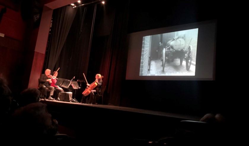 De drie musici - van links naar rechts - violist Robert Windak, pianiste Inge Lulofs en celliste Anne Knappstein musiceren bij de historische film Riessen in 'n Kiekerd.