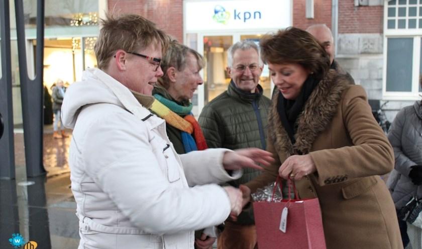 Burgemeester Elly Blanksma gaf de tas met presentjes aan de vrijwilligers. Foto: LEVgroep.