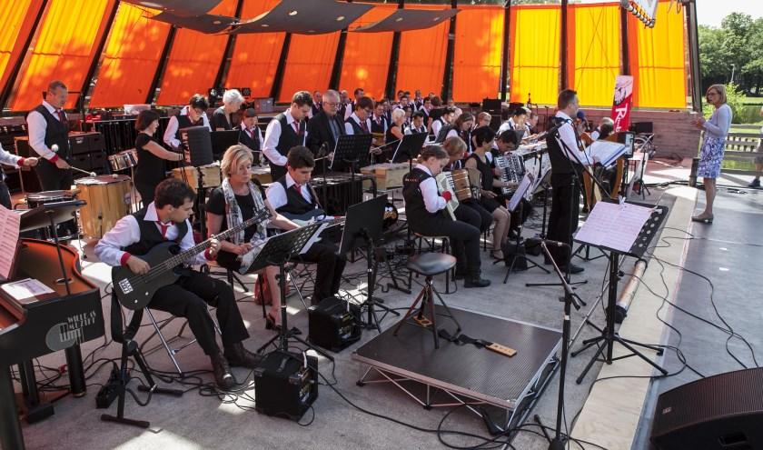 De Rimboband bij een eerder optreden op het Caratpodium.