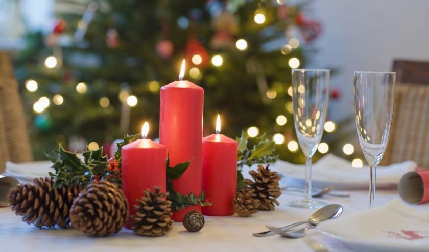 Brandende kaarsen horen erbij met Kerstmis.