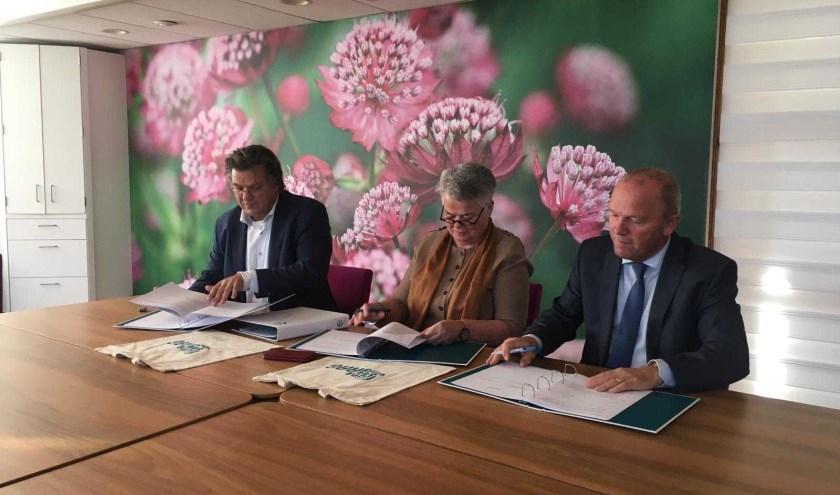 De ondertekening met de aannemers. FOTO: PR